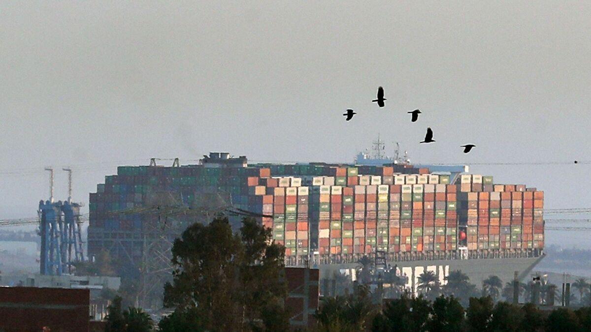 Süveyş'te kriz büyüdü: 65 kilometrelik kuyruk