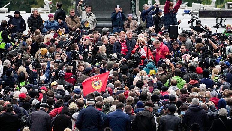 Rusya'nın seçim sonuçları 'Hırsız Putin' gösterisiyle protesto edildi